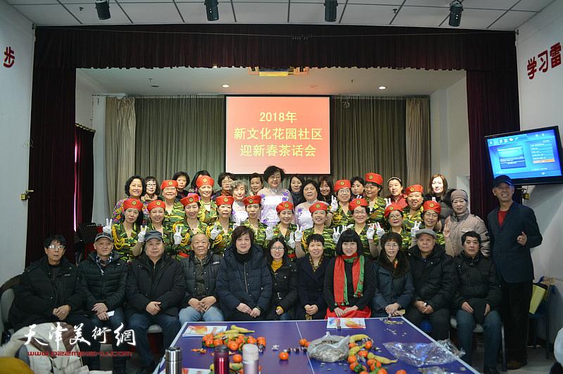 洪喆文化书画院书画家与南市街新文化社区居民在活动现场。