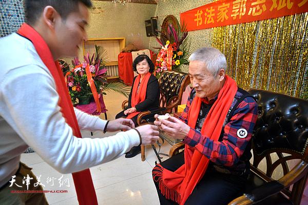 新弟子向师傅、师母郭志斌、卢金英敬茶。
