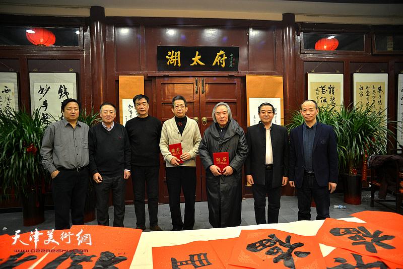万博manbetx安卓版知方书画院院长张长勇为霍春阳、李毅峰颁发高级艺术顾问聘书。