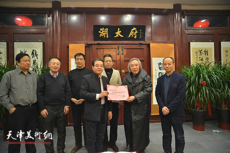万博manbetx安卓版知方书画院院长张长勇为霍春阳颁发高级艺术顾问聘书。
