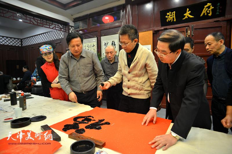 李毅峰在活动现场书写福字。