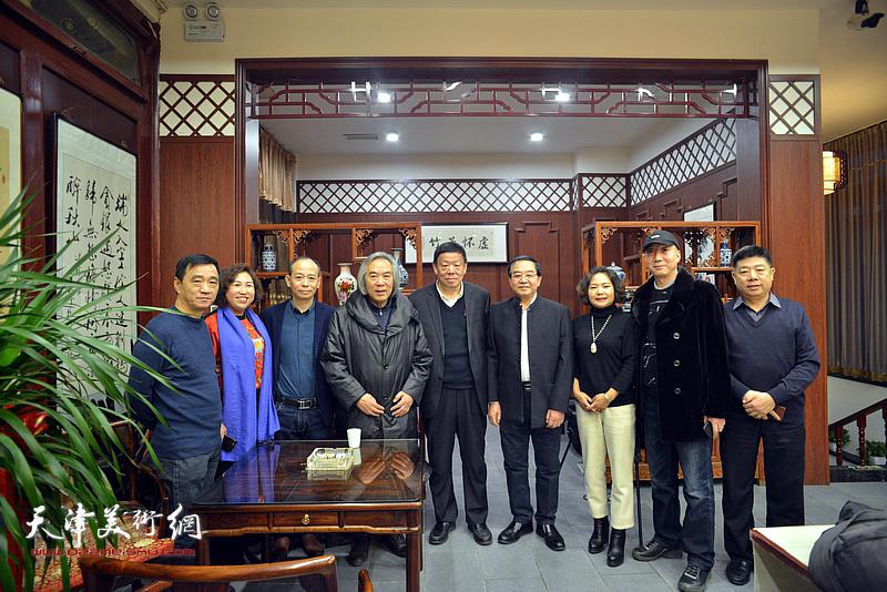 霍春阳与张长勇、启荣、张养峰、张秀霞、孙秀琴等在活动现场。