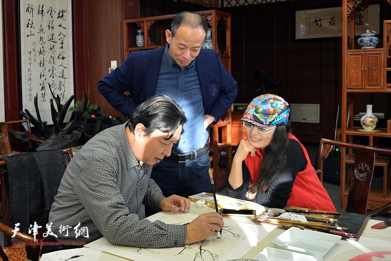 王连宏、启荣、李盟在新春笔会现场。