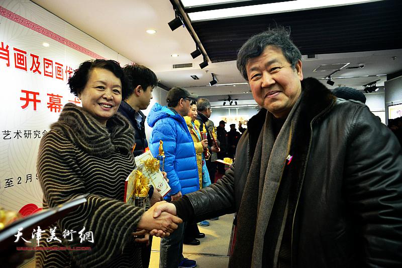 """与会领导为中国第十一届生肖画大展荣获""""金奖""""的书画艺术家颁发奖杯及证书。"""
