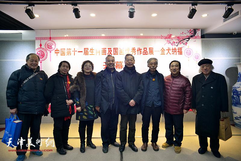 左起:姜钧杰、范宁、张春蕾、马凤柏、刘建华、姚景卿、穆祥鸿、张宗泽在画展现场。