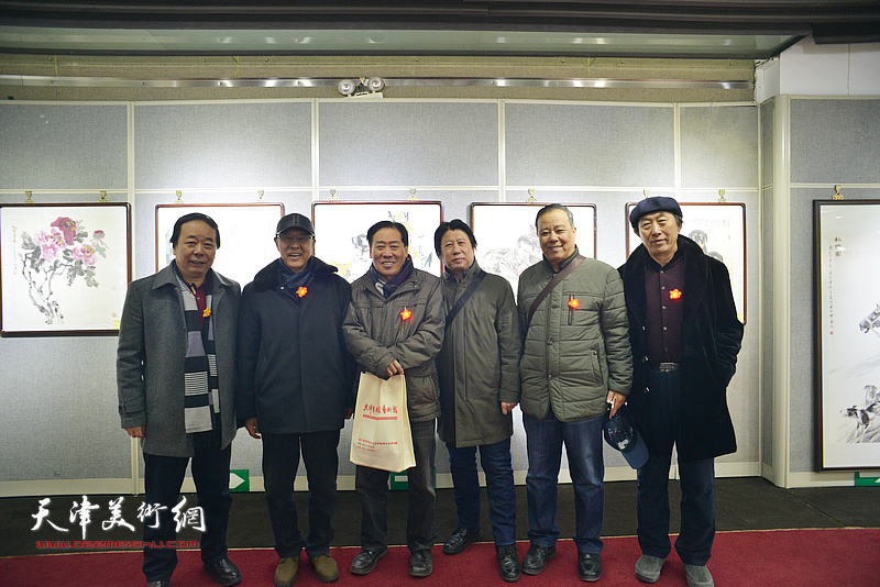 左起:赵寅、李清和、王峰、李学亮、邱和法、李岳林在画展现场。