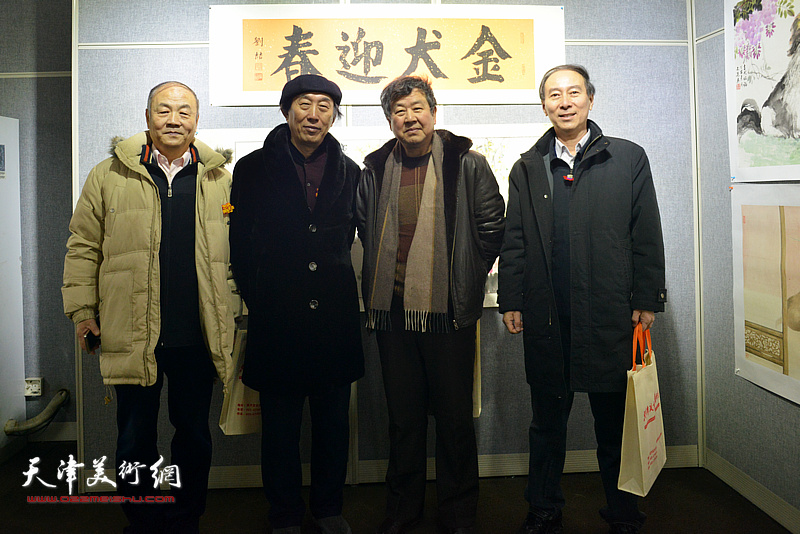 左起:陈德生、李岳林、王学书、马竞在画展现场。