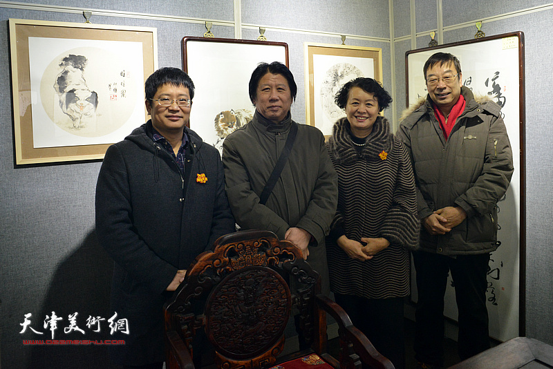 左起:阎勇、李学亮、冼艳萍、时景林在画展现场。