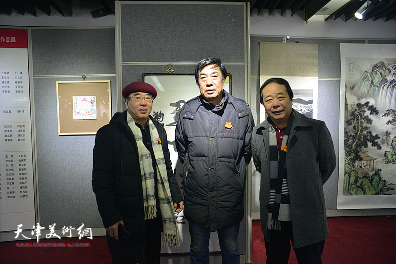 左起:陈宁、杜晓光、赵寅在画展现场。