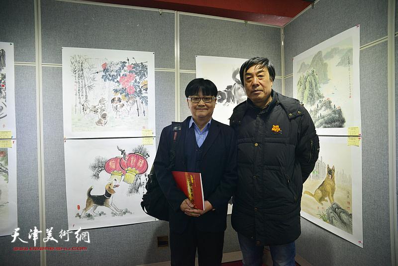 杜晓光、邱和法在画展现场。