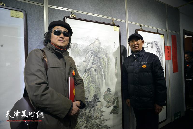 钱桂芳、陈学周在画展现场。