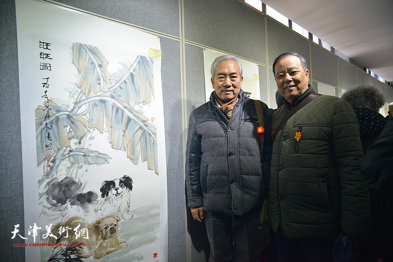 杨来春、邱和法在画展现场。