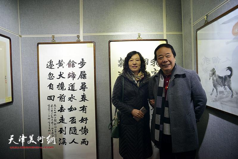 赵寅和夫人在画展现场。