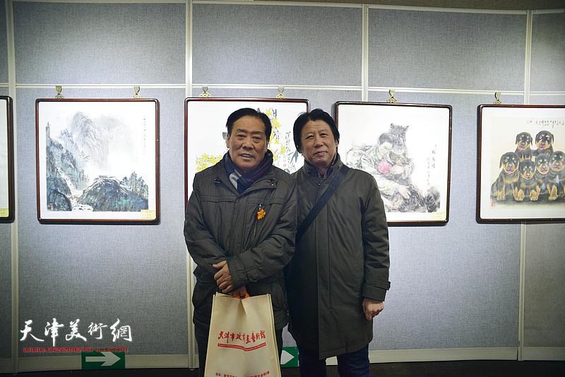 王峰、李学亮在画展现场。