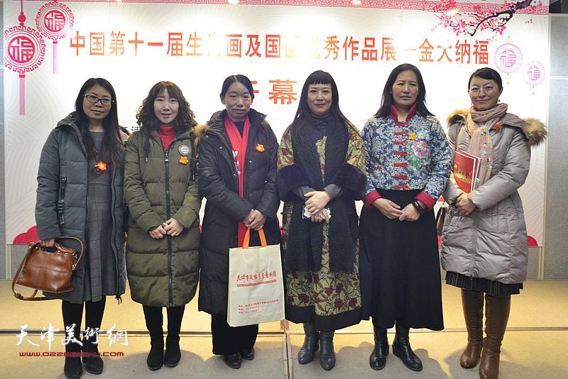 庄雪阳、杨秀华、黄雅丽、陈子君在画展现场。