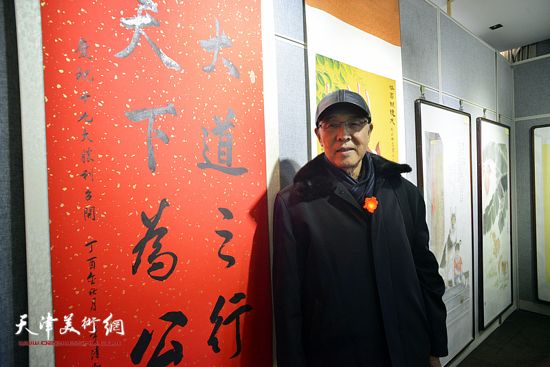 李清和在画展现场。