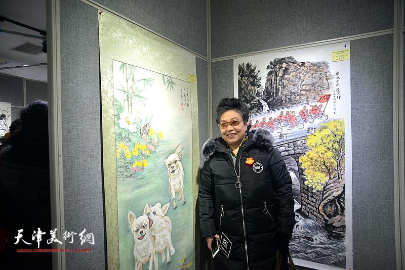 李家红在画展现场。