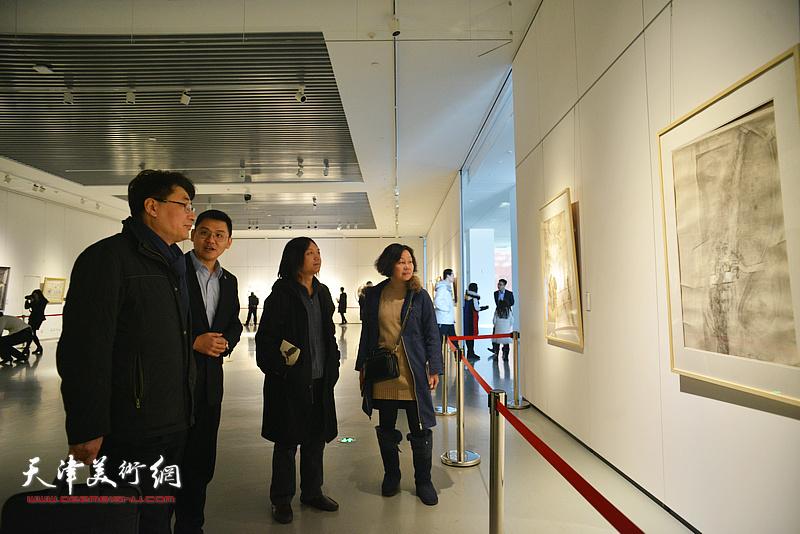 郭振山、郝青松、谢红、郝瀚观看展览。