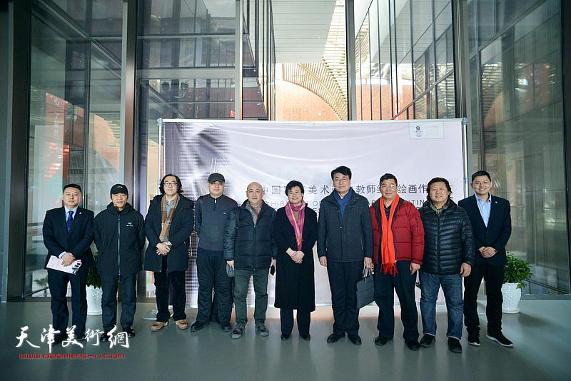 左起:高治国、程林新、郑金岩、何军、张杰、贺淑荣、郭振山、李延春、姜中立、郝瀚在画展现场。