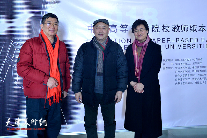 左起:李延春、张杰、贺淑荣在画展现场。