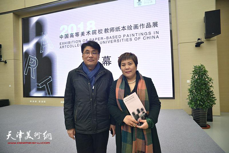 左起:郭振山、甄永清在画展现场。
