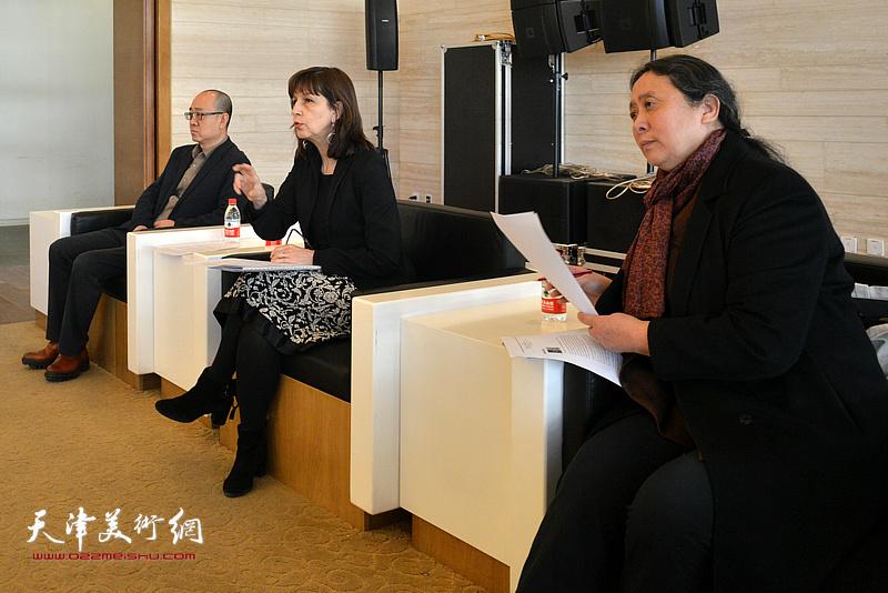 蒙托邦安格尔博物馆遗产管理负责人兼馆长佛罗朗斯·维吉耶—杜泰伊、天津美术学院油画系教授郑岱、天津美术馆馆长马驰在新闻发布会上。