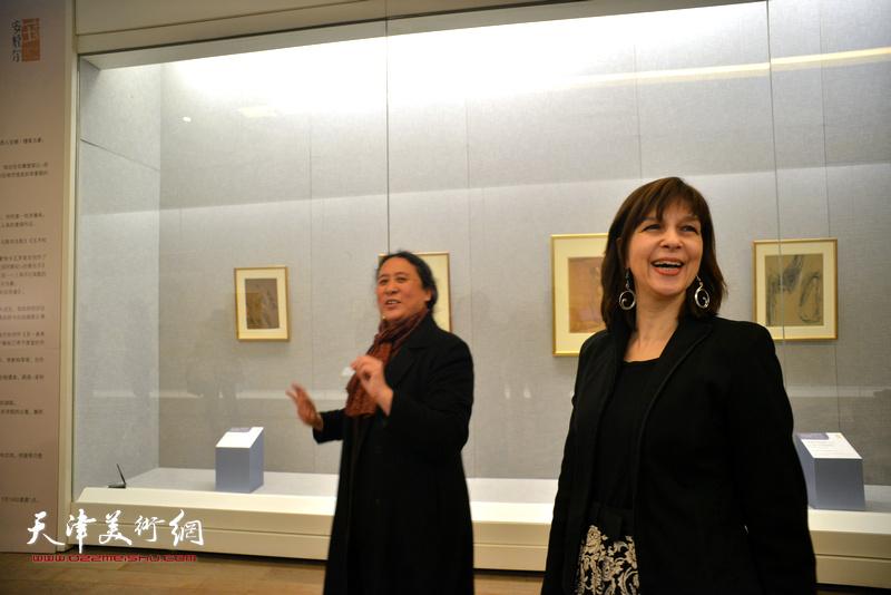 佛罗朗斯·维吉耶—杜泰伊向媒体介绍展览。