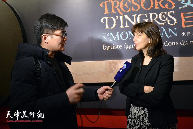 佛罗朗斯·维吉耶—杜泰伊在展览现场接受媒体采访。