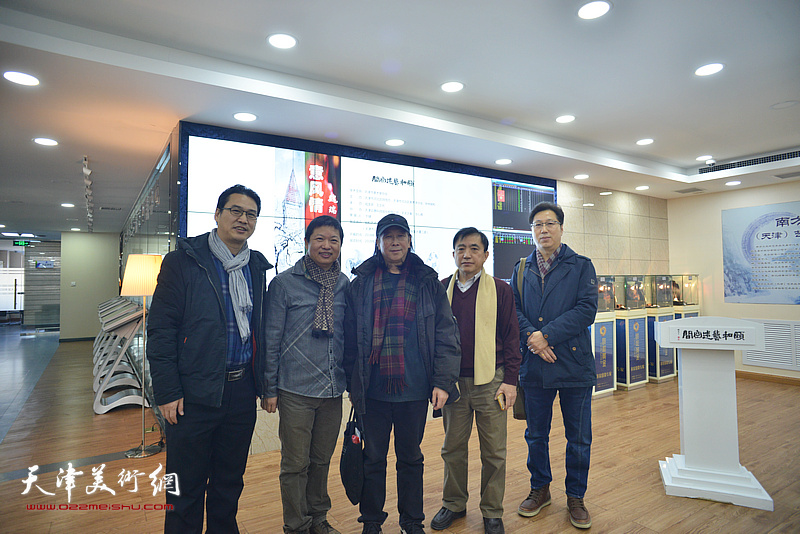 左起:滑寒冰、魏瑞江、周世麟、王文元、张志立在画展现场。