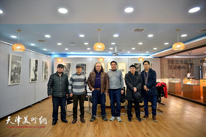左起:田军、张玉忠、朱志刚、段博君、高原春、张志立在画展现场。