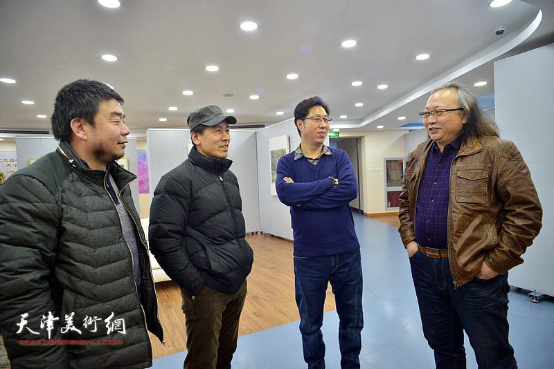 朱志刚、张玉忠、田军、张志立在画展现场交流。