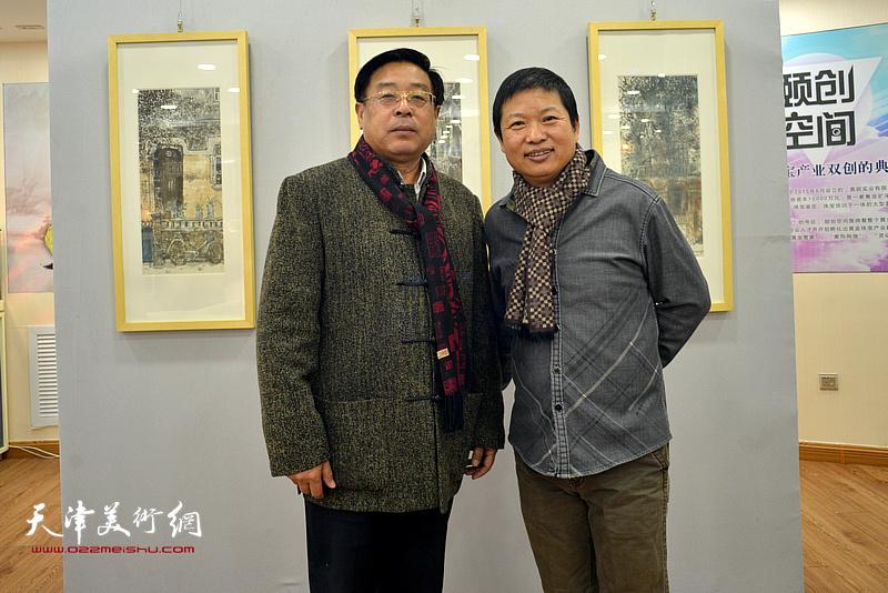 魏瑞江与赵俊山在画展现场。
