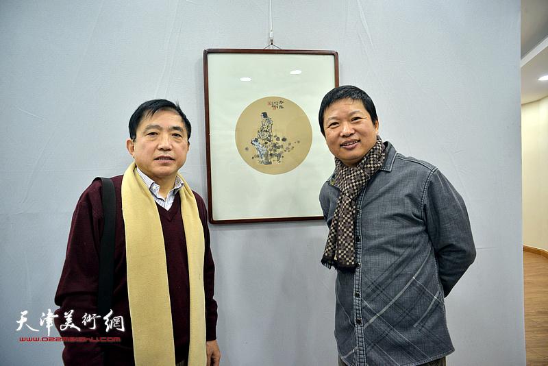 魏瑞江与王文元在画展现场。