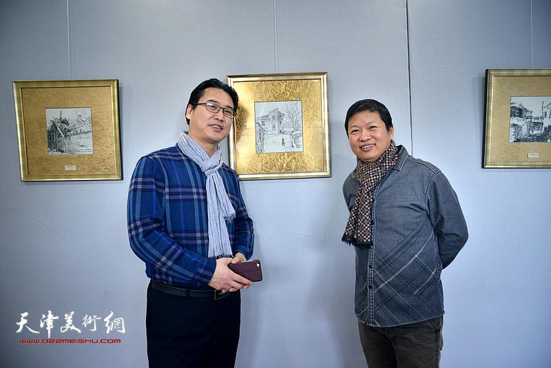魏瑞江与滑寒冰在画展现场。