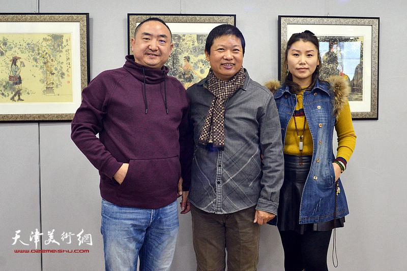 魏瑞江与兰君、黄丽莉在画展现场。