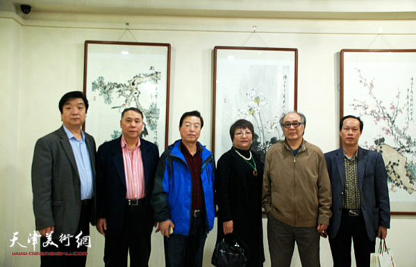 天津画家郭书仁、郭凤祥、翟鸿涛、杨建国与当地各界人士在画展现场。