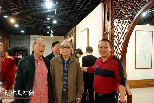 郭书仁与当地各界人士在画展现场。