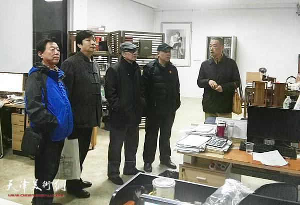 天津书画家在潮州采风、学习。