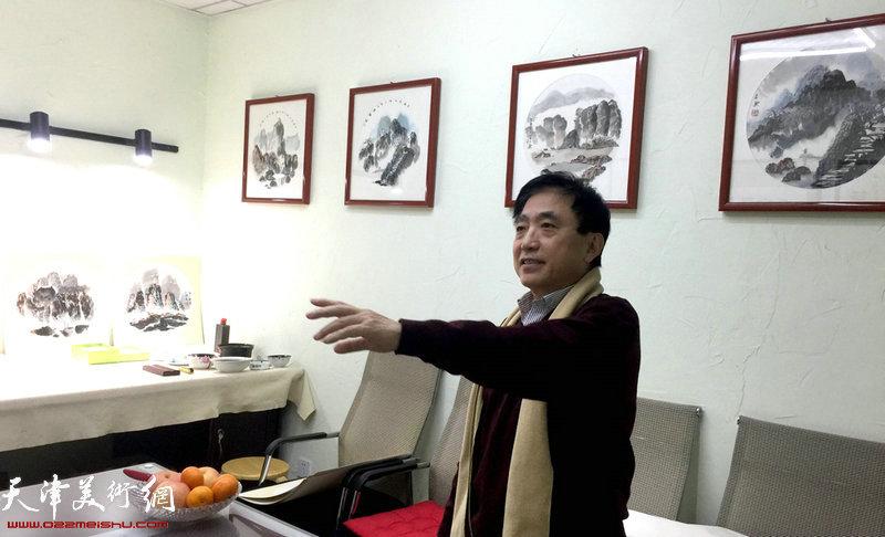 王文元介绍部分展出作品。