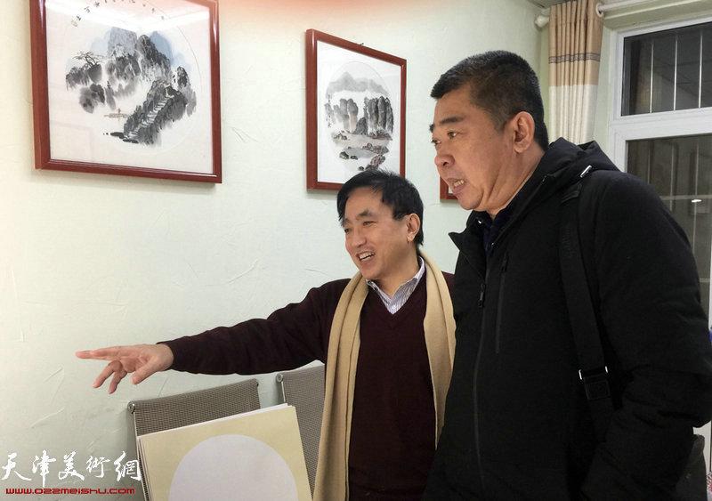 王文元向来宾介绍他创作的水墨作品。