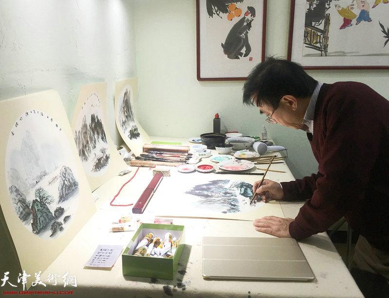 王文元在现场创作水墨作品。