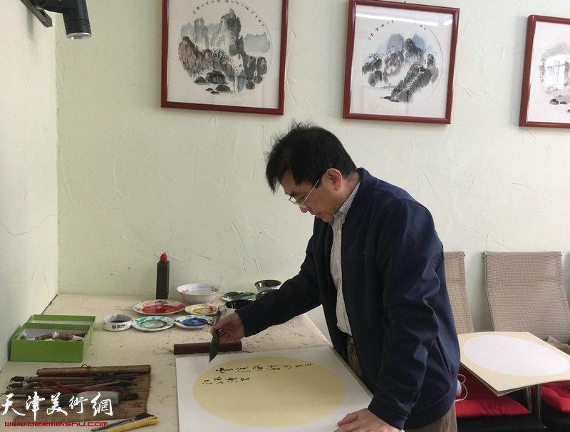 王文元在现场创作书法作品。