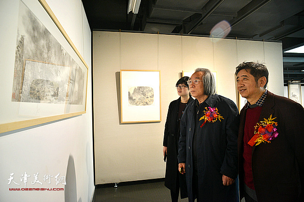 霍春阳与王爱宗在画展上赏画。