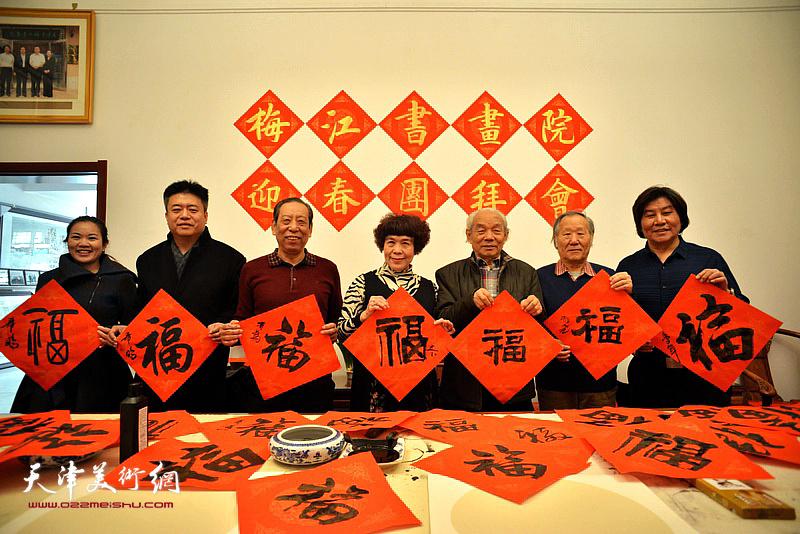 天津梅江书画院举行迎春团拜会,畅叙情谊,共迎新春佳节。