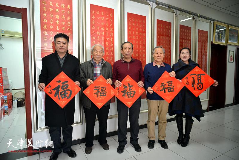 """左起:崔希鹏、纪振民、佟有为、姬俊尧、罗玉兰送""""福""""。"""