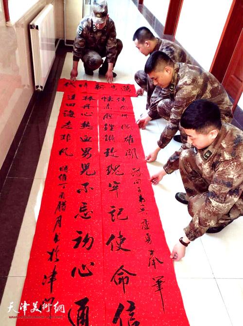 天津青基会书画院慰问子弟兵送福送温暖公益活动现场。