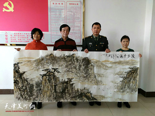 石伟、王大成、刘秋萍和部队领导在活动现场。