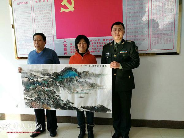 石伟、杨利民和部队领导在活动现场。
