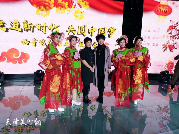 2018年2月,吕爱茹与模特在西青电视台举办的首届春节联欢晚会上。