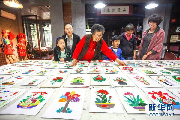 新华社刊发吕爱茹与母亲赵印芝交流传统剪纸技艺。